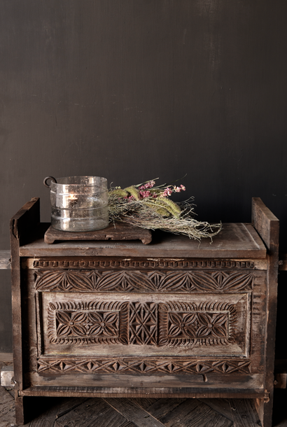 Stoere oude Himalaya   Kist / Box  met hout snijwerk