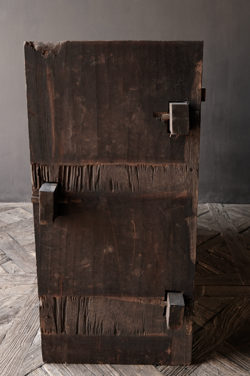 Robuste alte Himalaya-Truhe / Box mit Holzschnitzerei-6