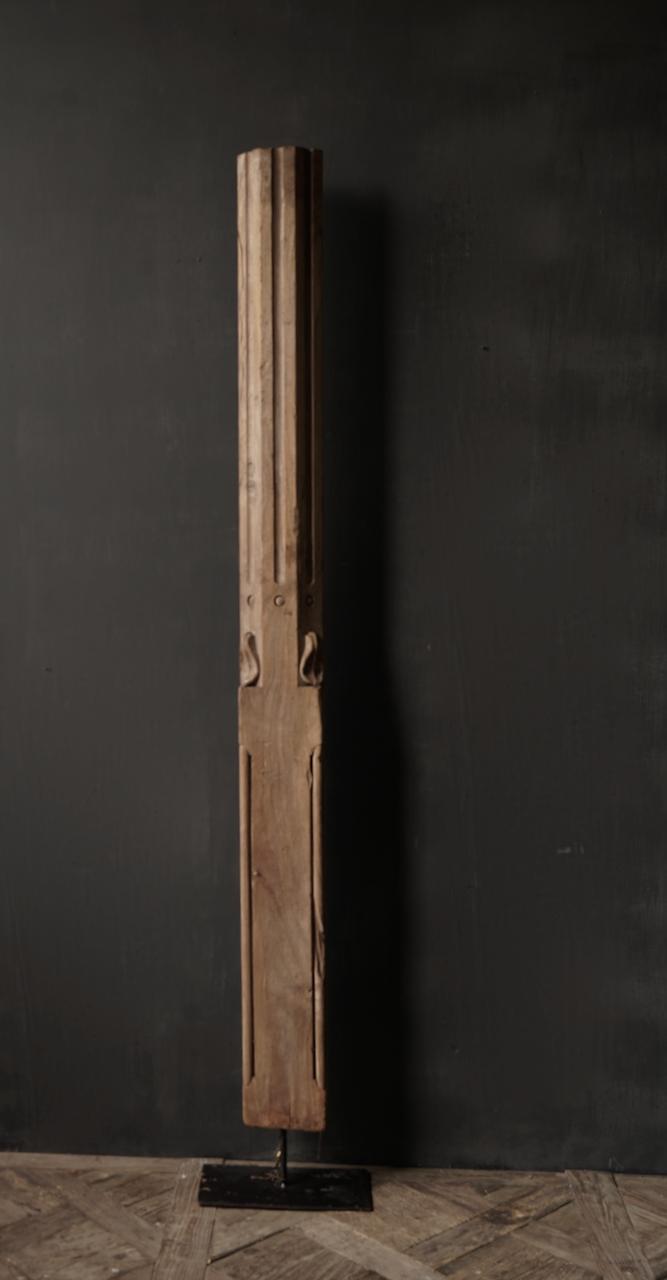 Authentieke Indisch Houten pilaar op ijzeren voet-3