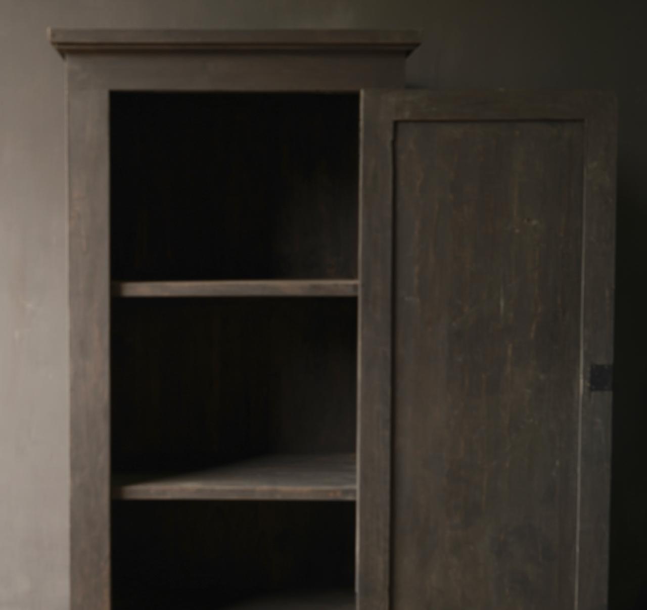 Robuster Eintürschrank aus altem Holz mit drei Regalen-2