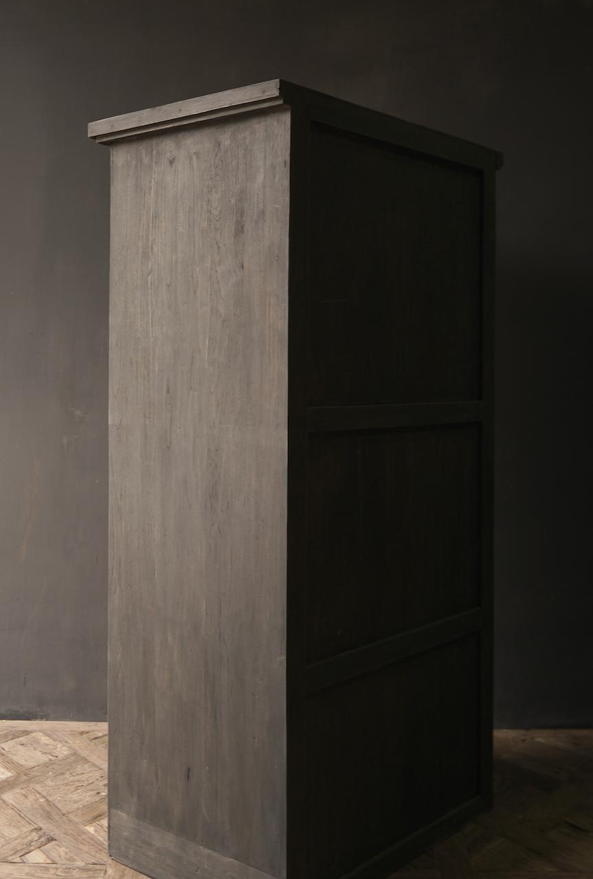 Robuster Eintürschrank aus altem Holz mit drei Regalen-5