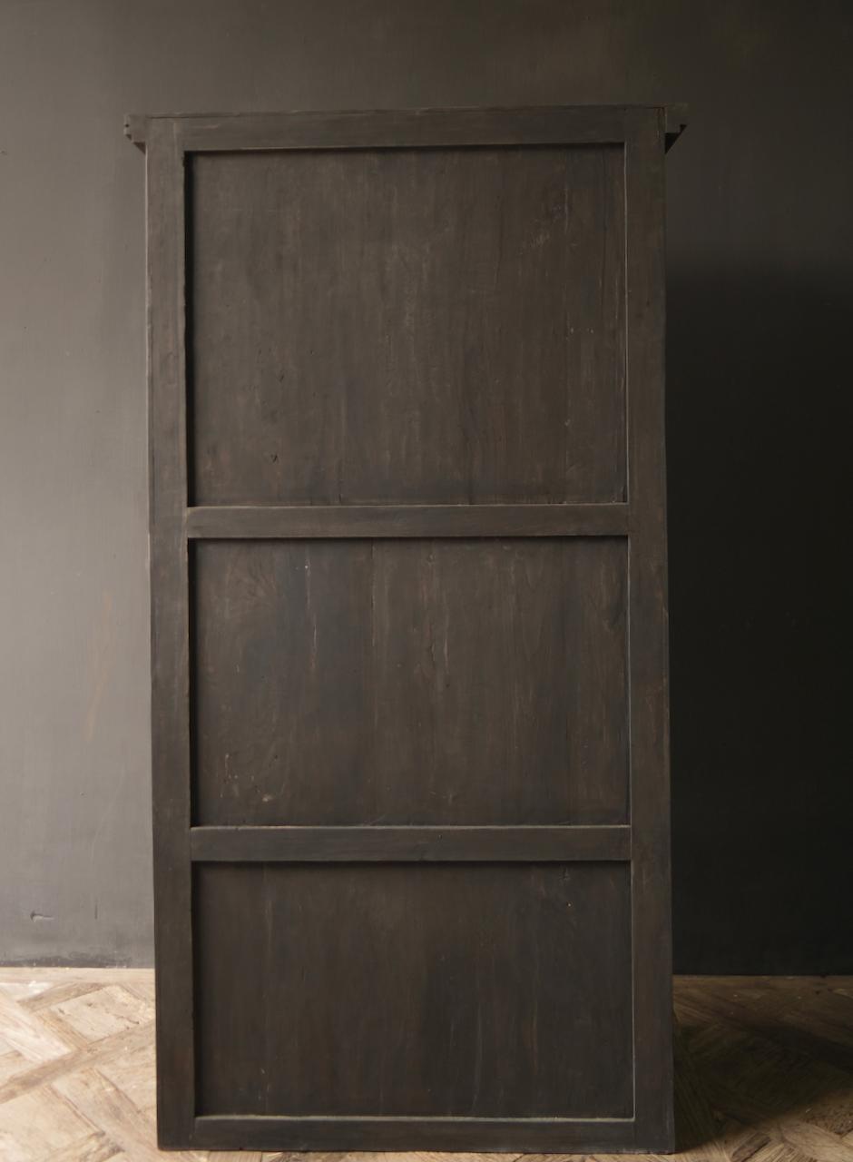 Robuster Eintürschrank aus altem Holz mit drei Regalen-8