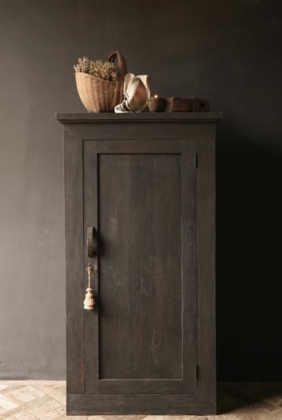 Stoere een deurs kast van oud hout met drie legplanken