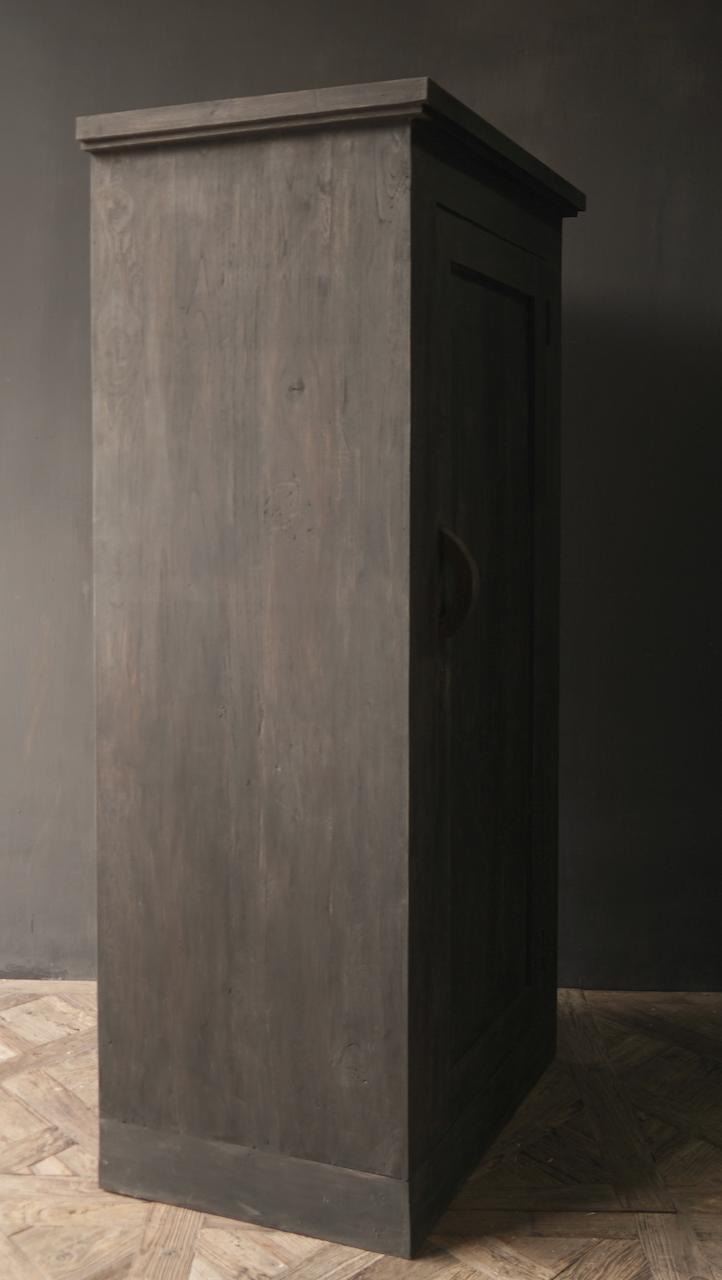 Robuster Eintürschrank aus altem Holz mit drei Regalen-9