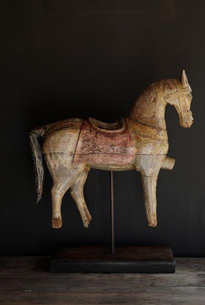 Schönes altes hölzernes Pferd auf hölzernem Stativ