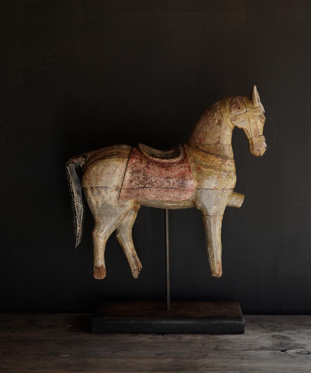 Schönes altes hölzernes Pferd auf hölzernem Stativ-1