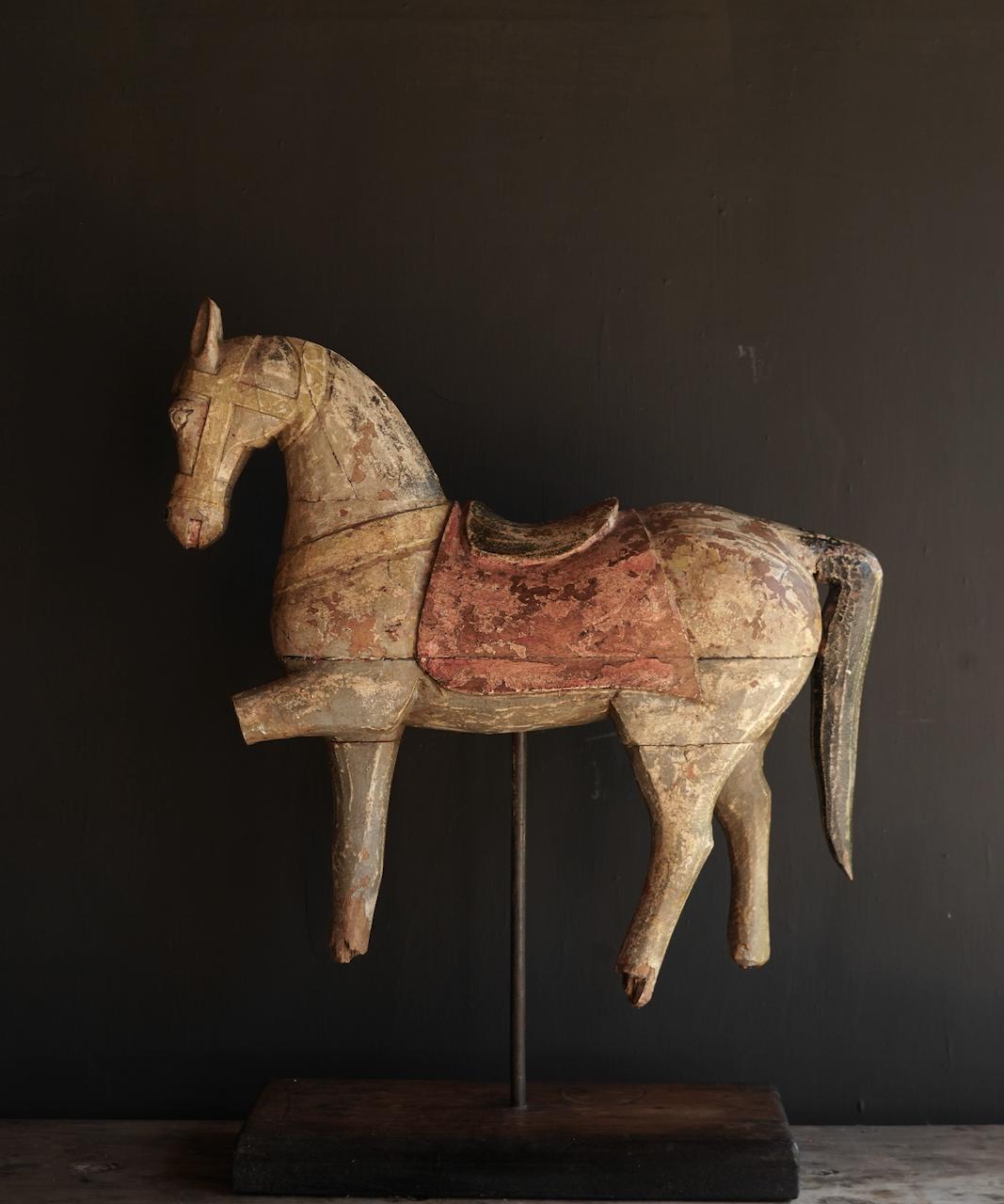 Schönes altes hölzernes Pferd auf hölzernem Stativ-3