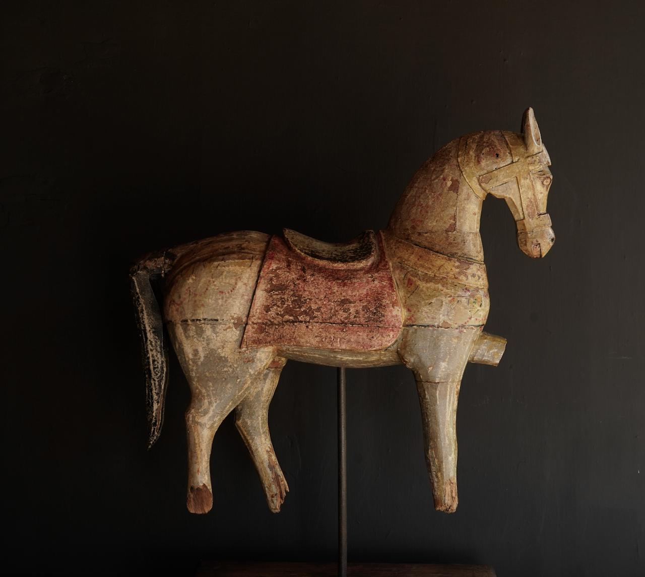 Schönes altes hölzernes Pferd auf hölzernem Stativ-5