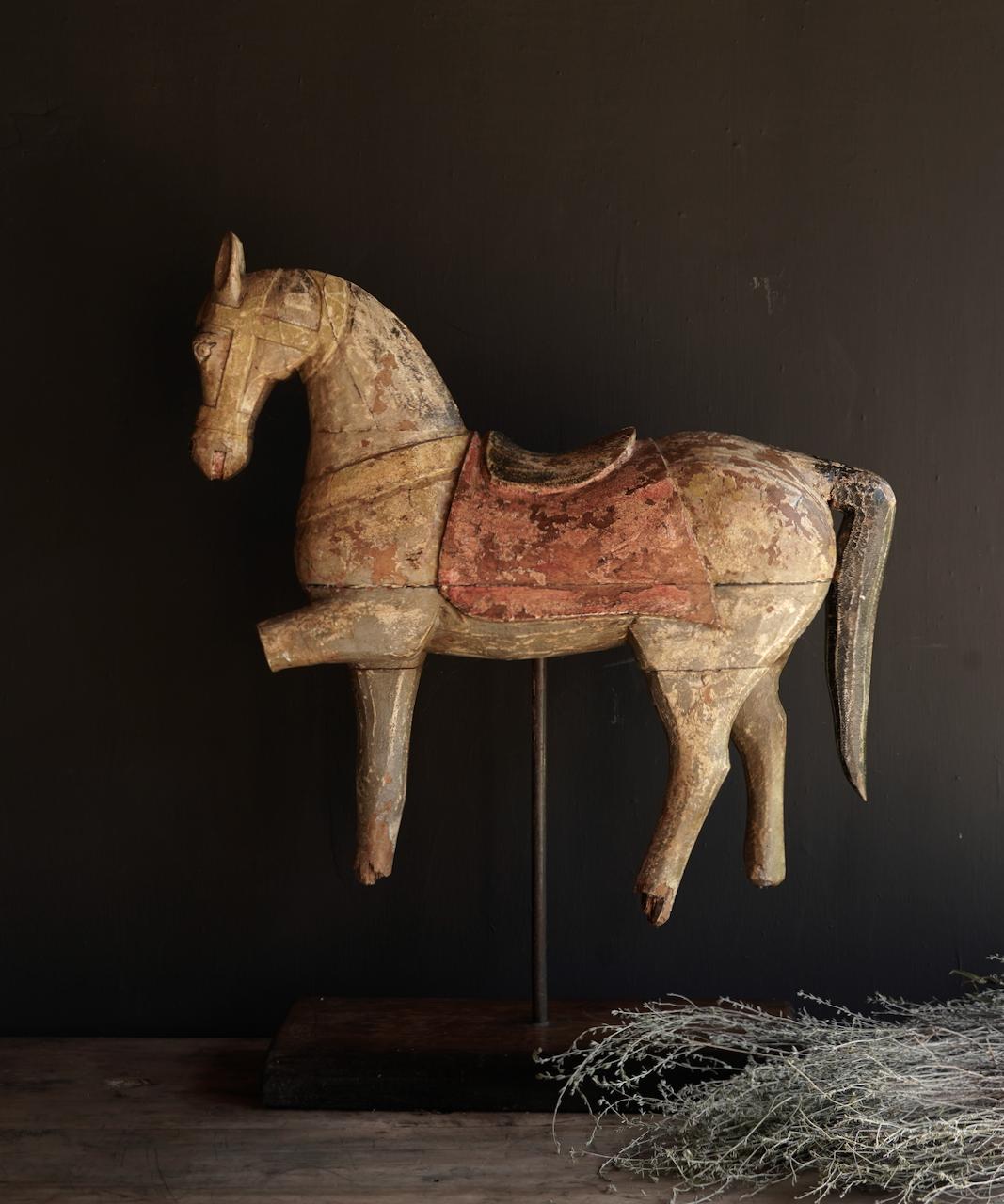 Schönes altes hölzernes Pferd auf hölzernem Stativ-6