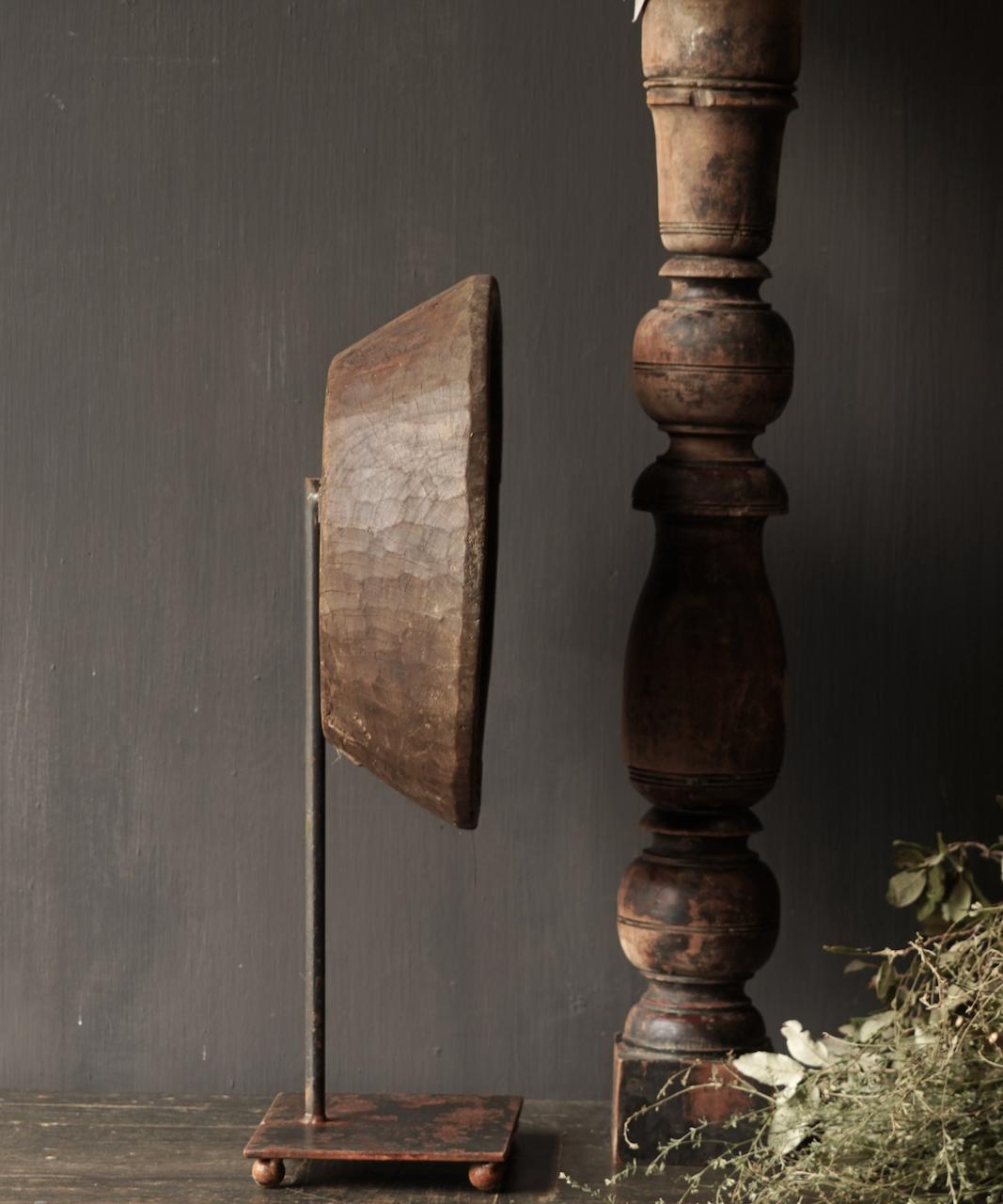 Alte Holzschale auf Eisenboden / Ständer-3