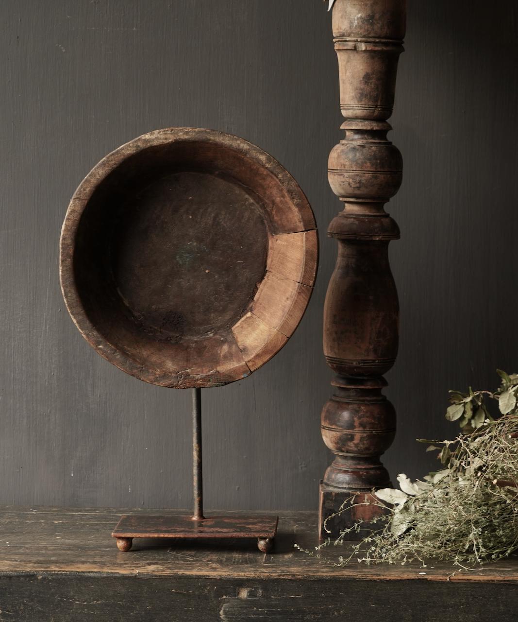 Alte Holzschale auf Eisenboden / Ständer-2