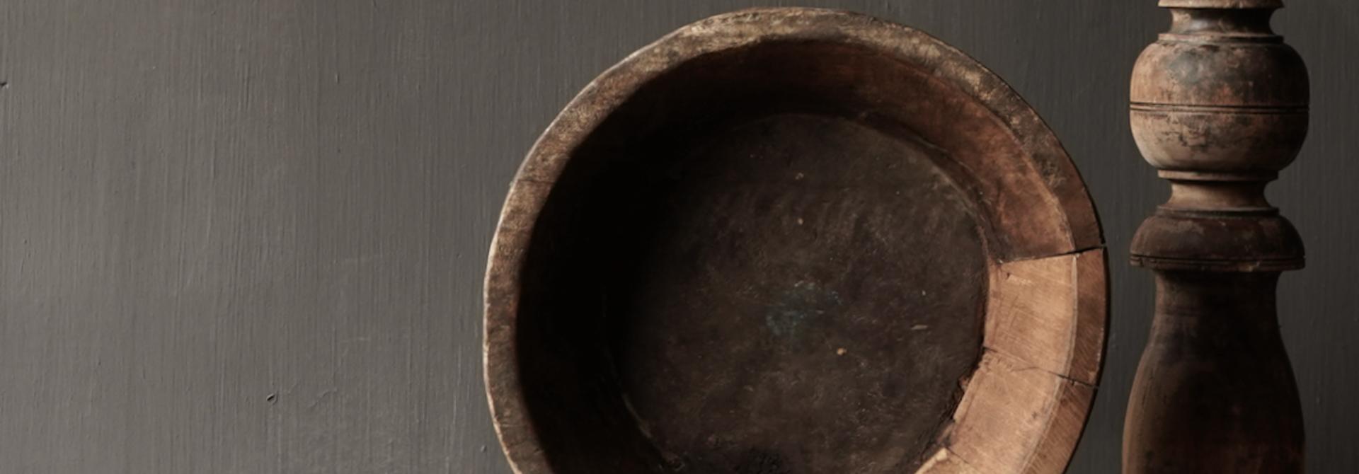 Alte Holzschale auf Eisenboden / Ständer