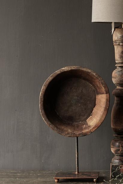 Oude houten schaal op ijzeren voet /stander