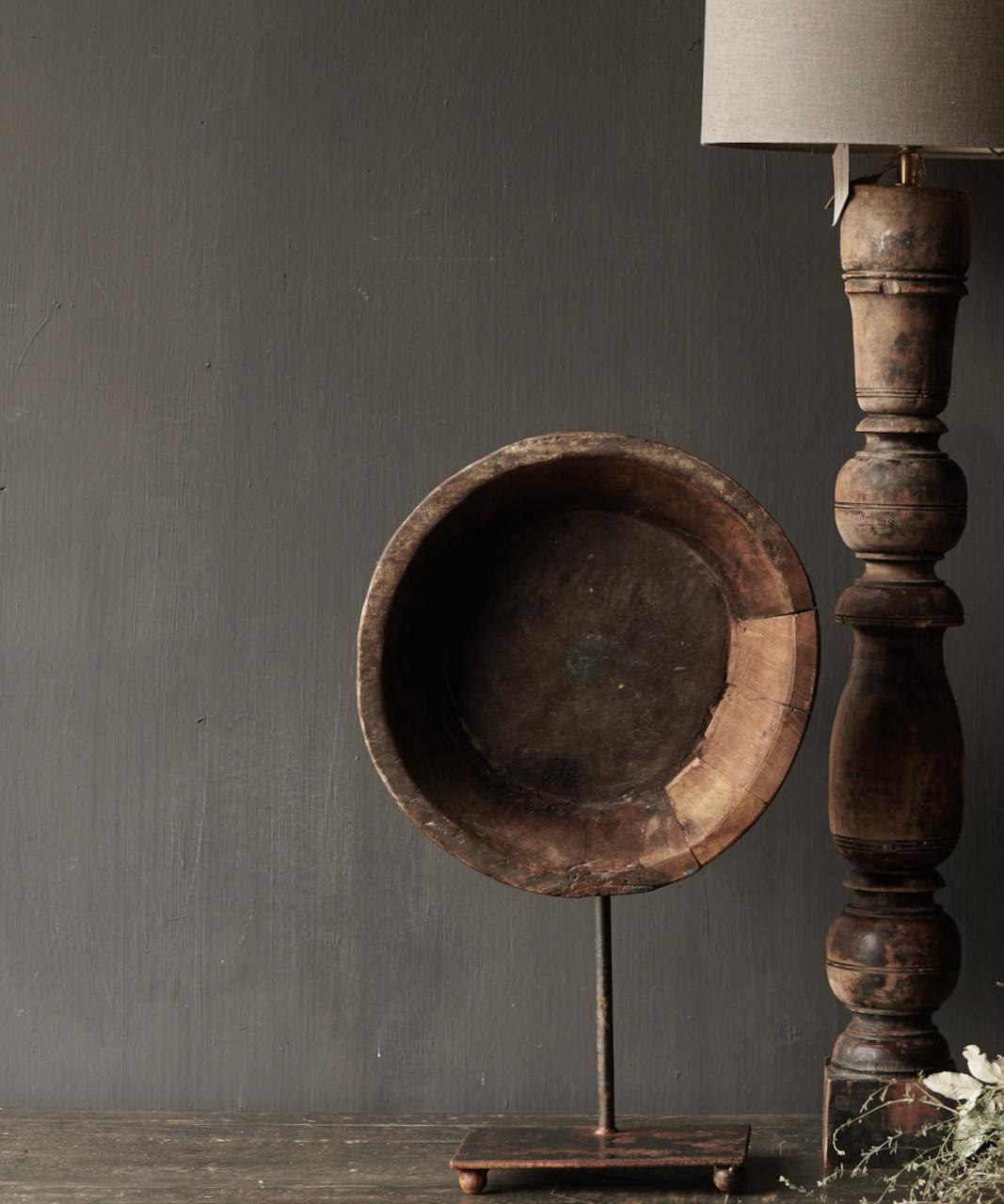 Alte Holzschale auf Eisenboden / Ständer-1