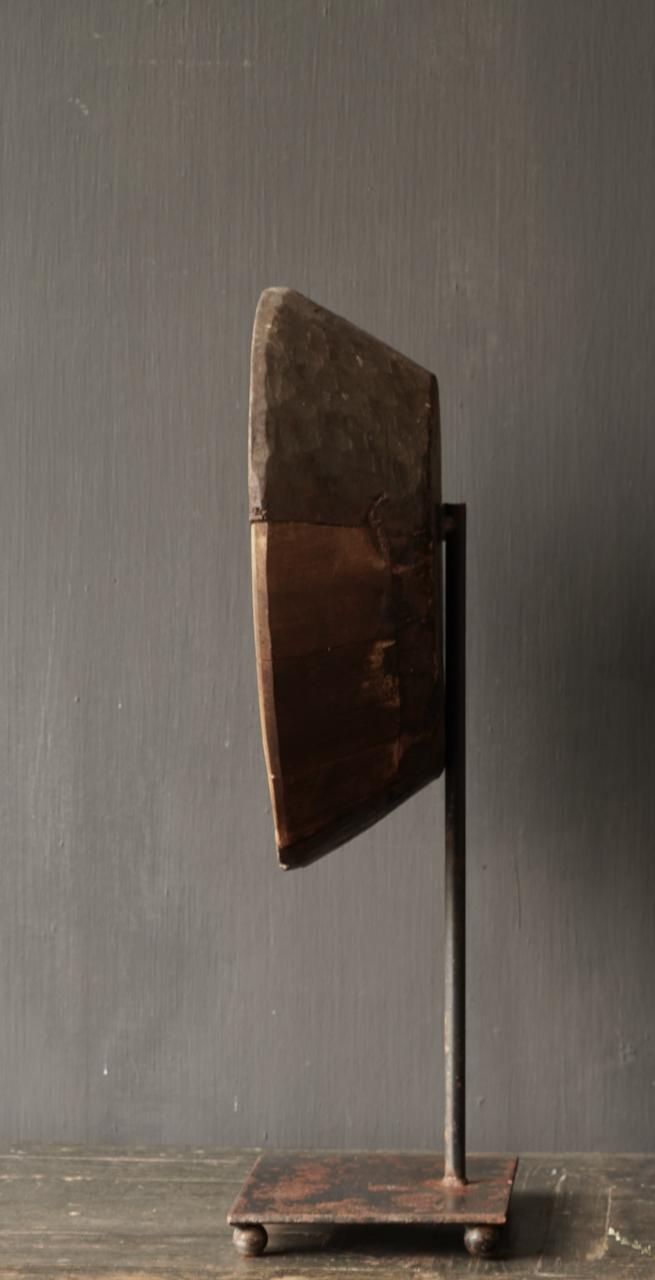 Alte Holzschale auf Eisenboden / Ständer-5