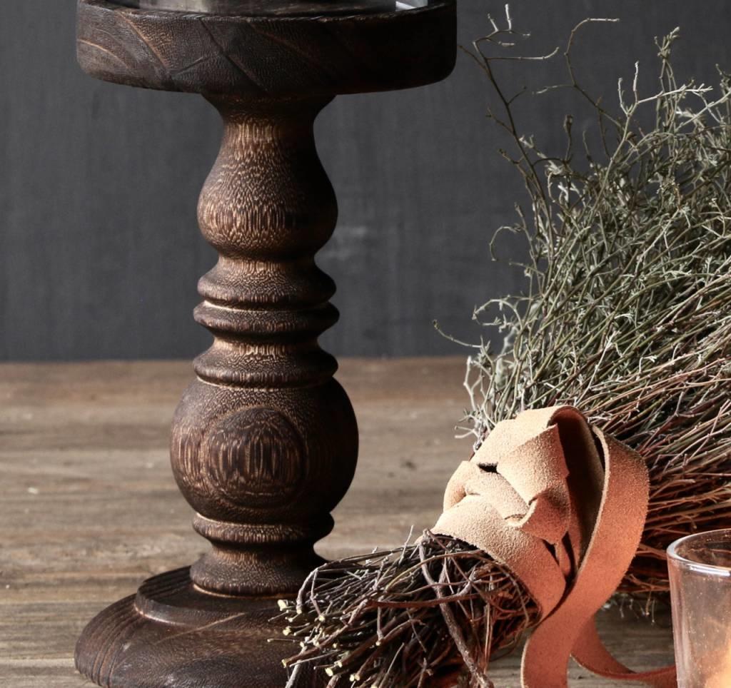 Niedliche kleine Kuppel auf einer braunen hohen Holzbasis-4