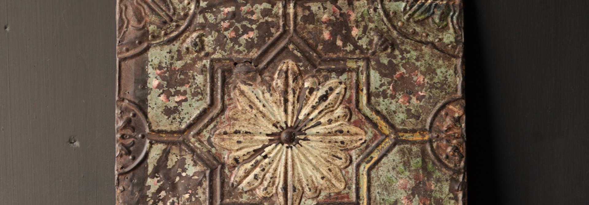 Schöne alte Deckenplatte, eingerahmt in einen Holzrahmen