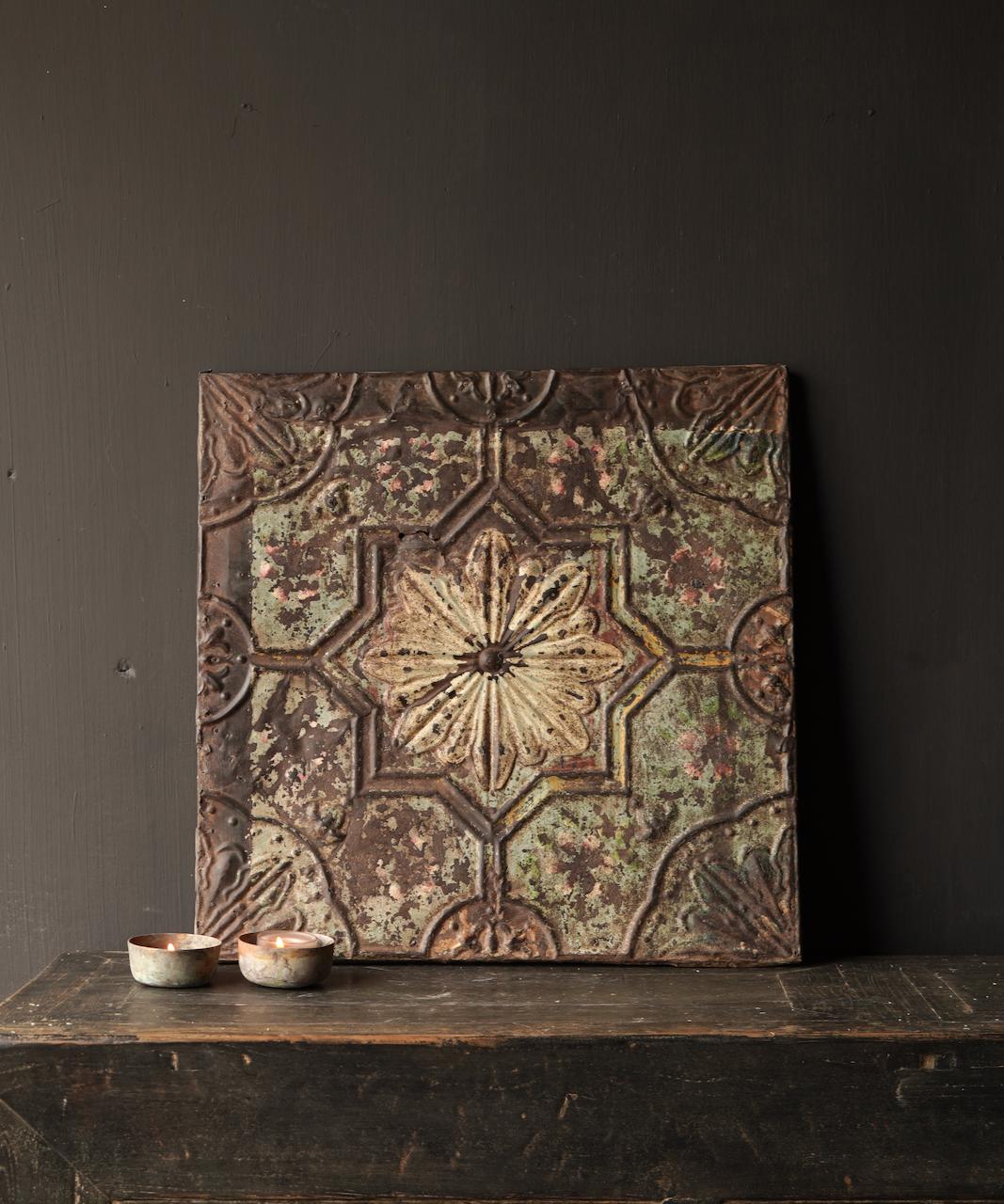Schöne alte Deckenplatte, eingerahmt in einen Holzrahmen-1