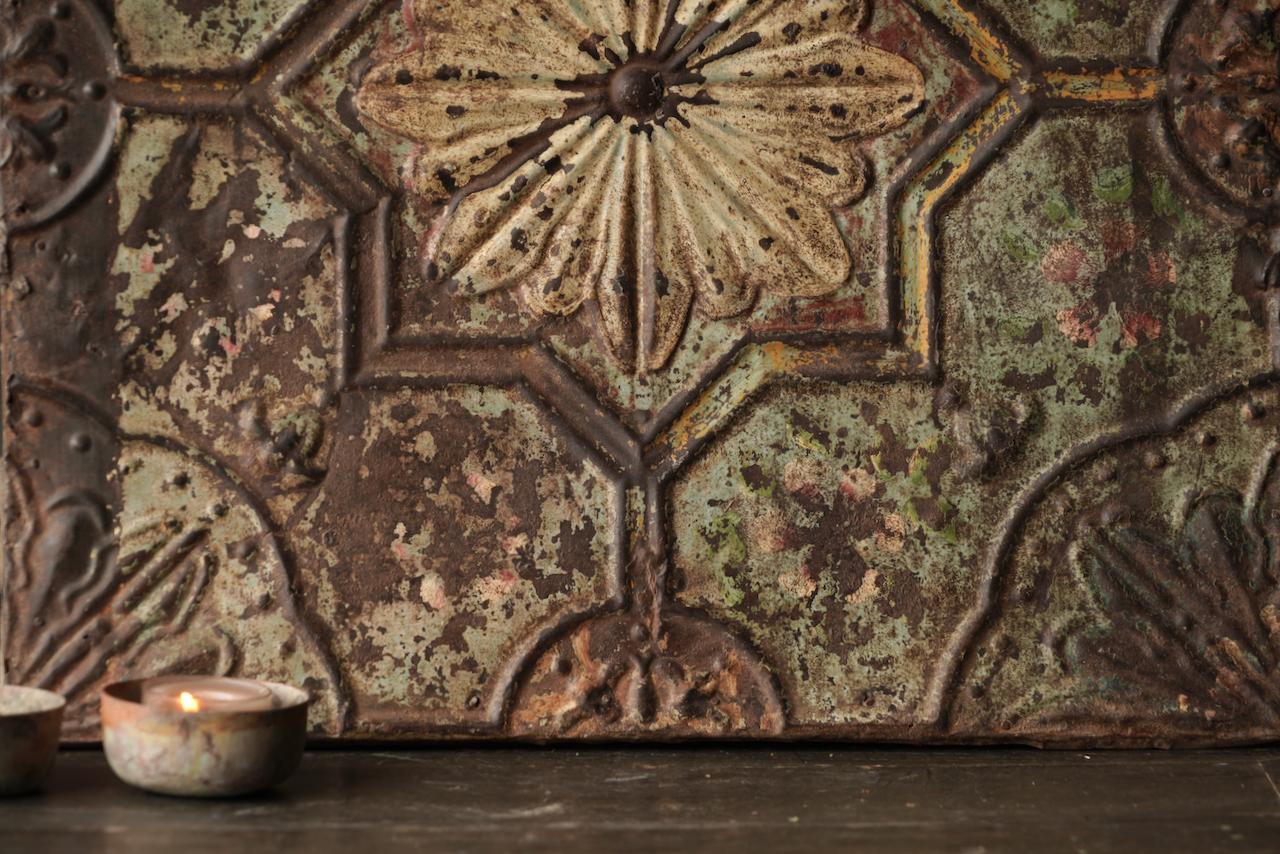 Schöne alte Deckenplatte, eingerahmt in einen Holzrahmen-2