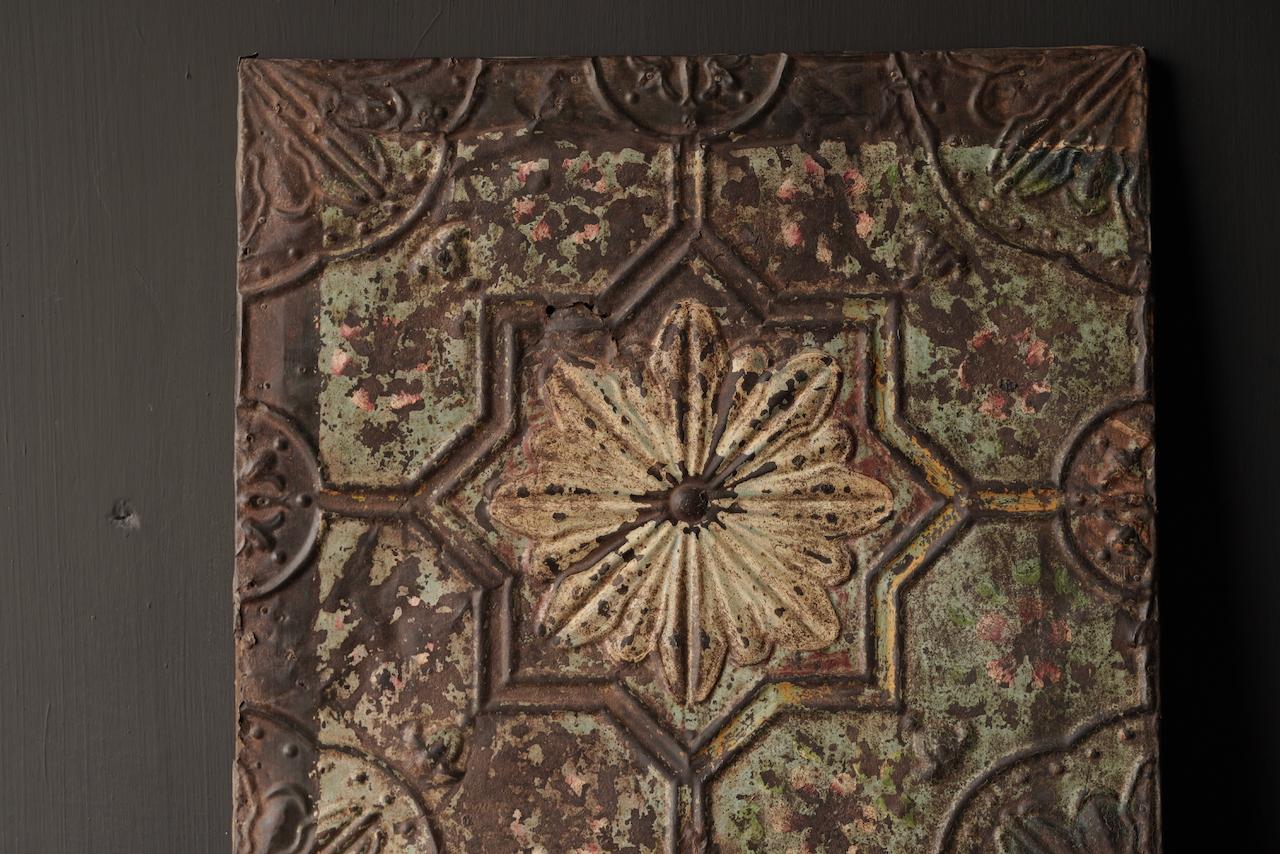 Schöne alte Deckenplatte, eingerahmt in einen Holzrahmen-3