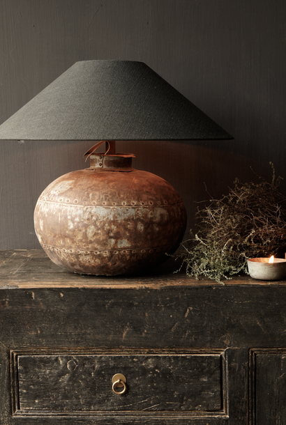 Kruglampe aus einem alten authentischen Eisen-Indianer-Wasserkrug