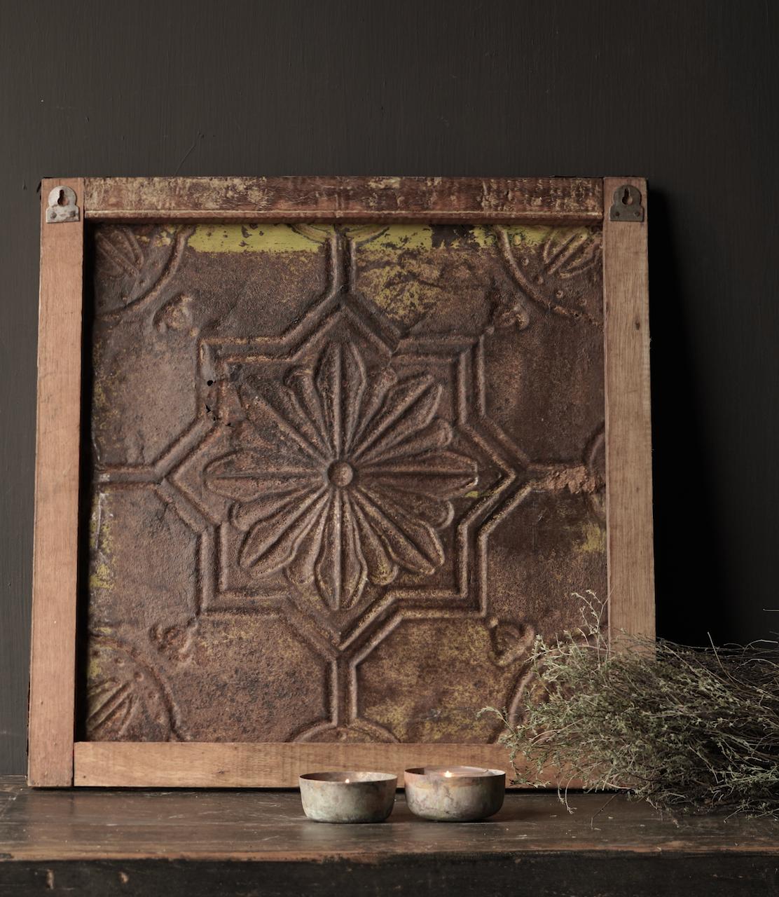 Schöne alte Deckenplatte, eingerahmt in einen Holzrahmen-4