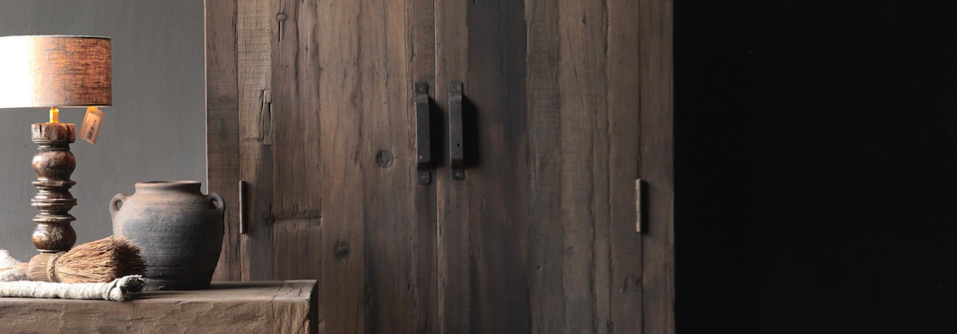 Robuster ländlicher alter zweitüriger Holzschrank
