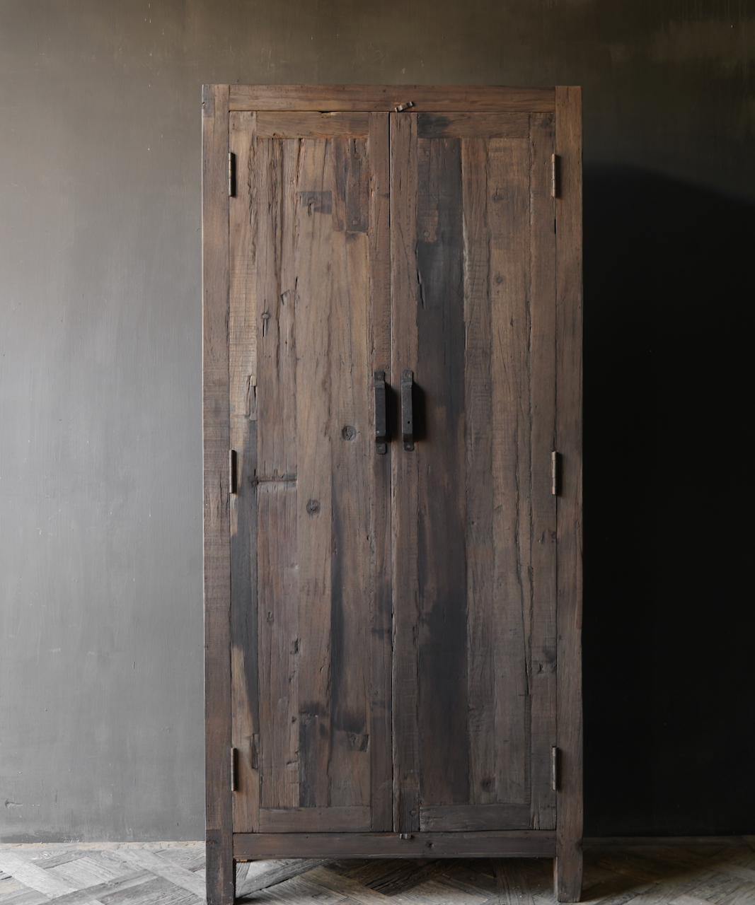 Robuster ländlicher alter zweitüriger Holzschrank-3