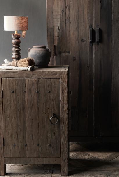Robuster eintüriger Schrank aus robustem Holz