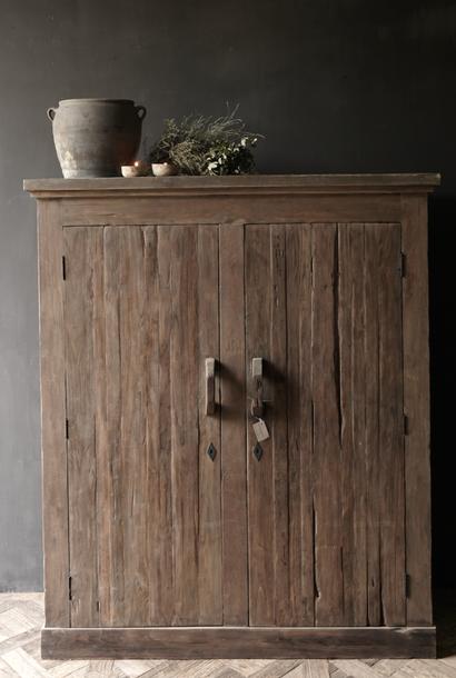 Schön robuster ländlicher alter zweitüriger Holzschrank