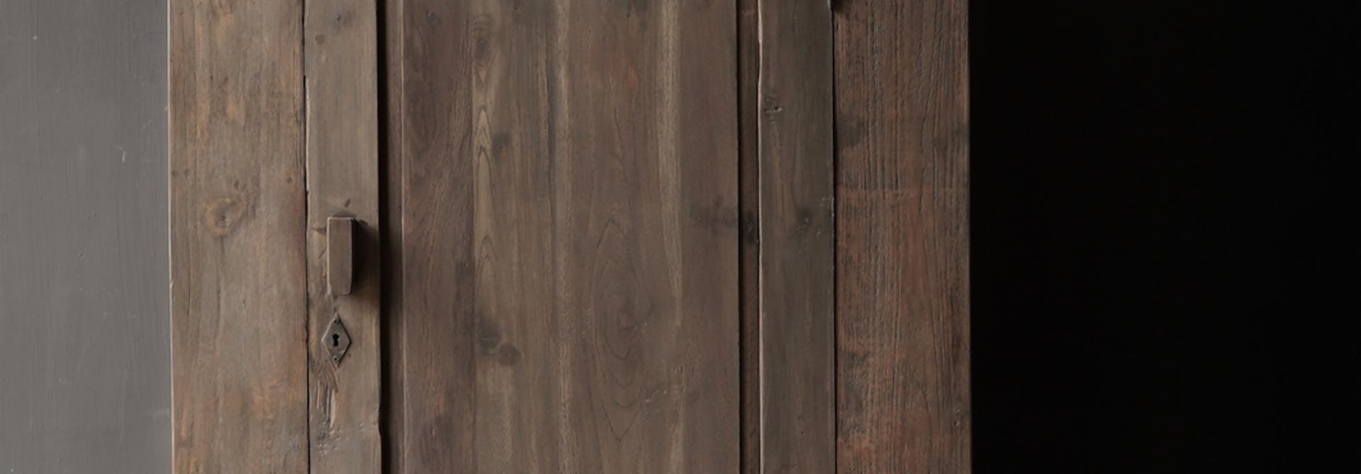 Robuster ländlicher alter Holzschrank mit Schublade