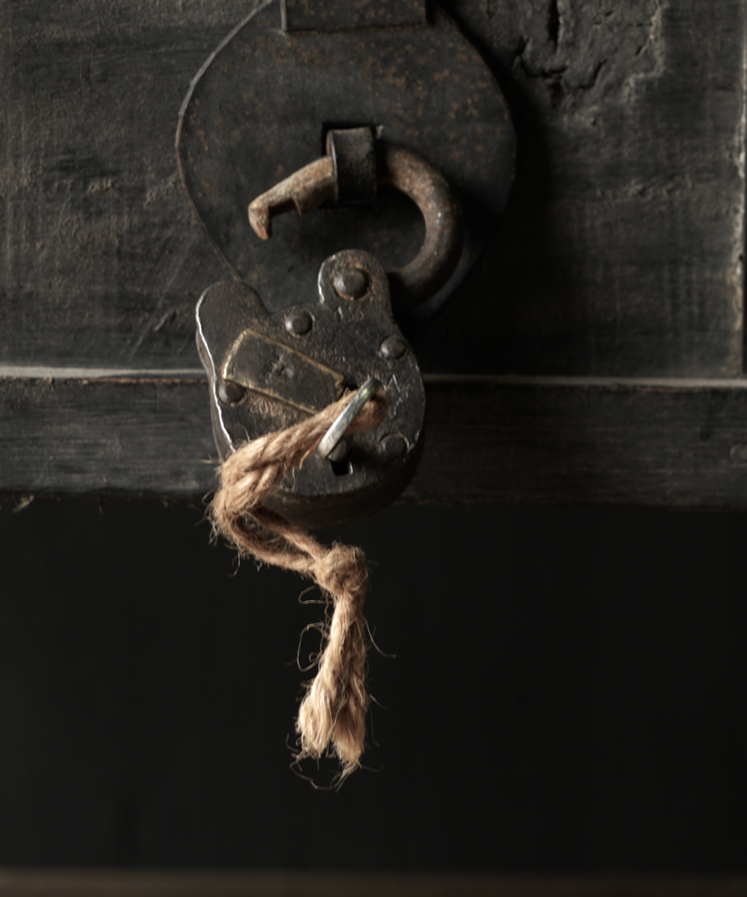Oude gerestaureerde hangslot met sleutel-2