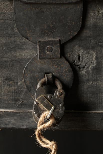 Altes restauriertes Vorhängeschloss mit Schlüssel
