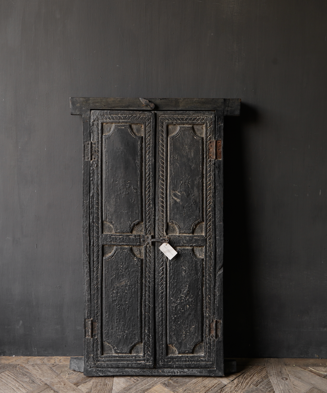 Stoer houten raamkozijn met luiken /Deuren-2