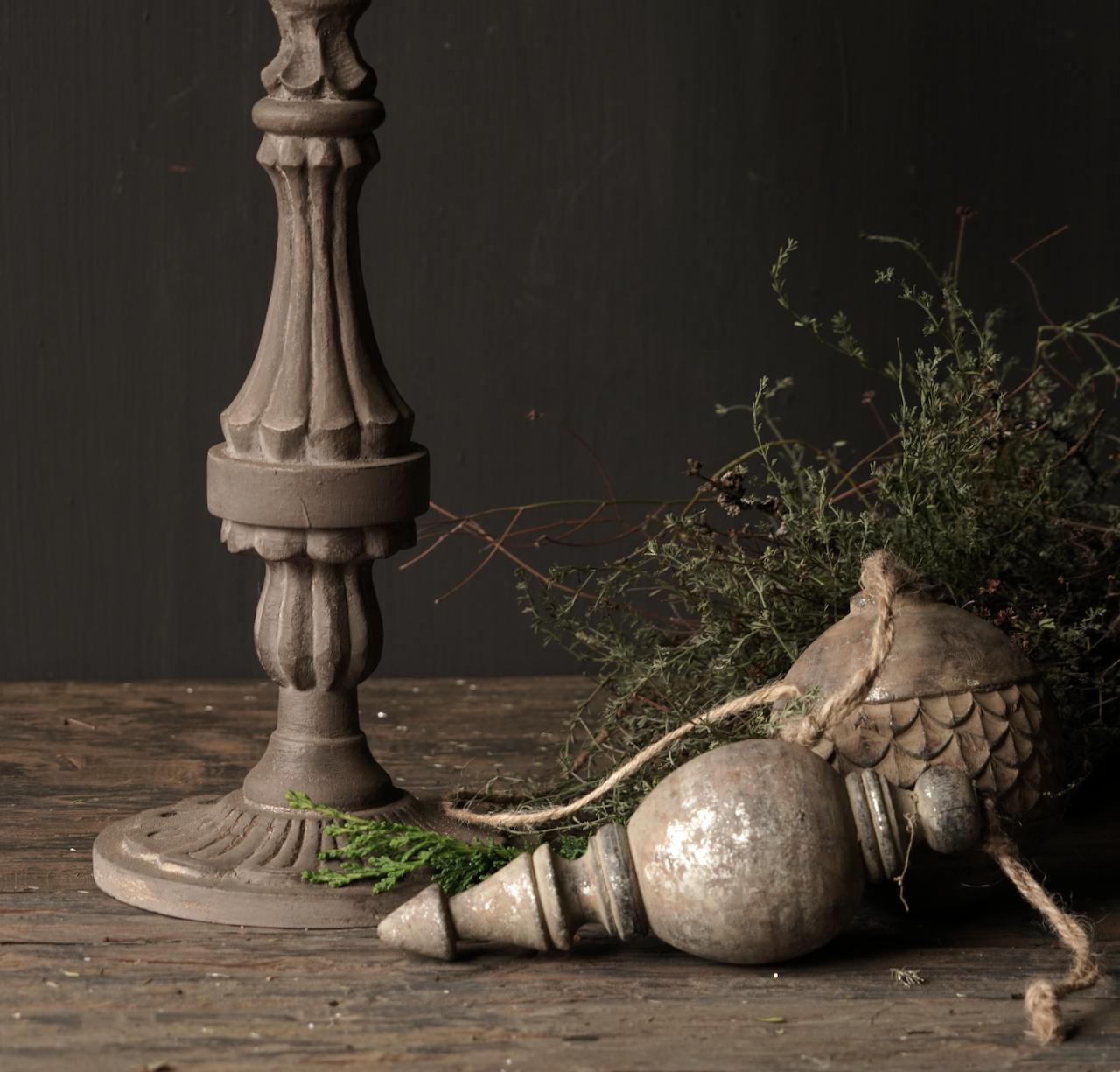 Hölzerner Kerzenhalter in der Farbe Taupe-2