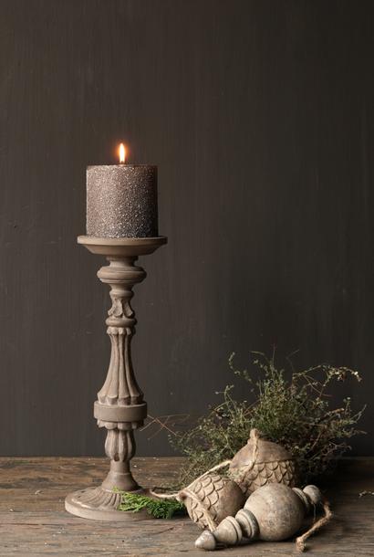 Hölzerner Kerzenhalter in der Farbe Taupe