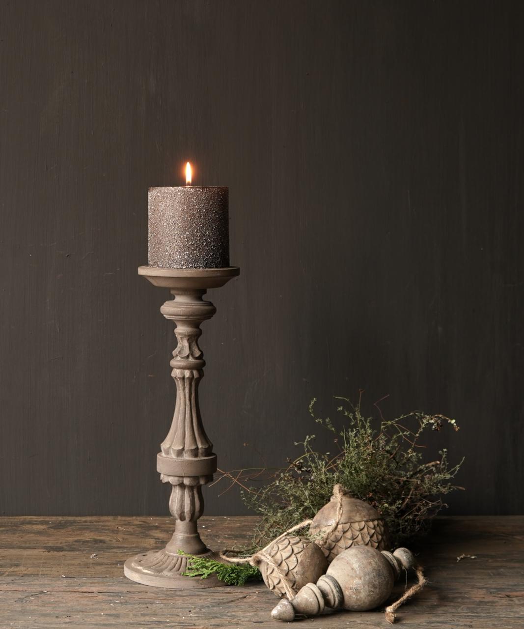 Hölzerner Kerzenhalter in der Farbe Taupe-1