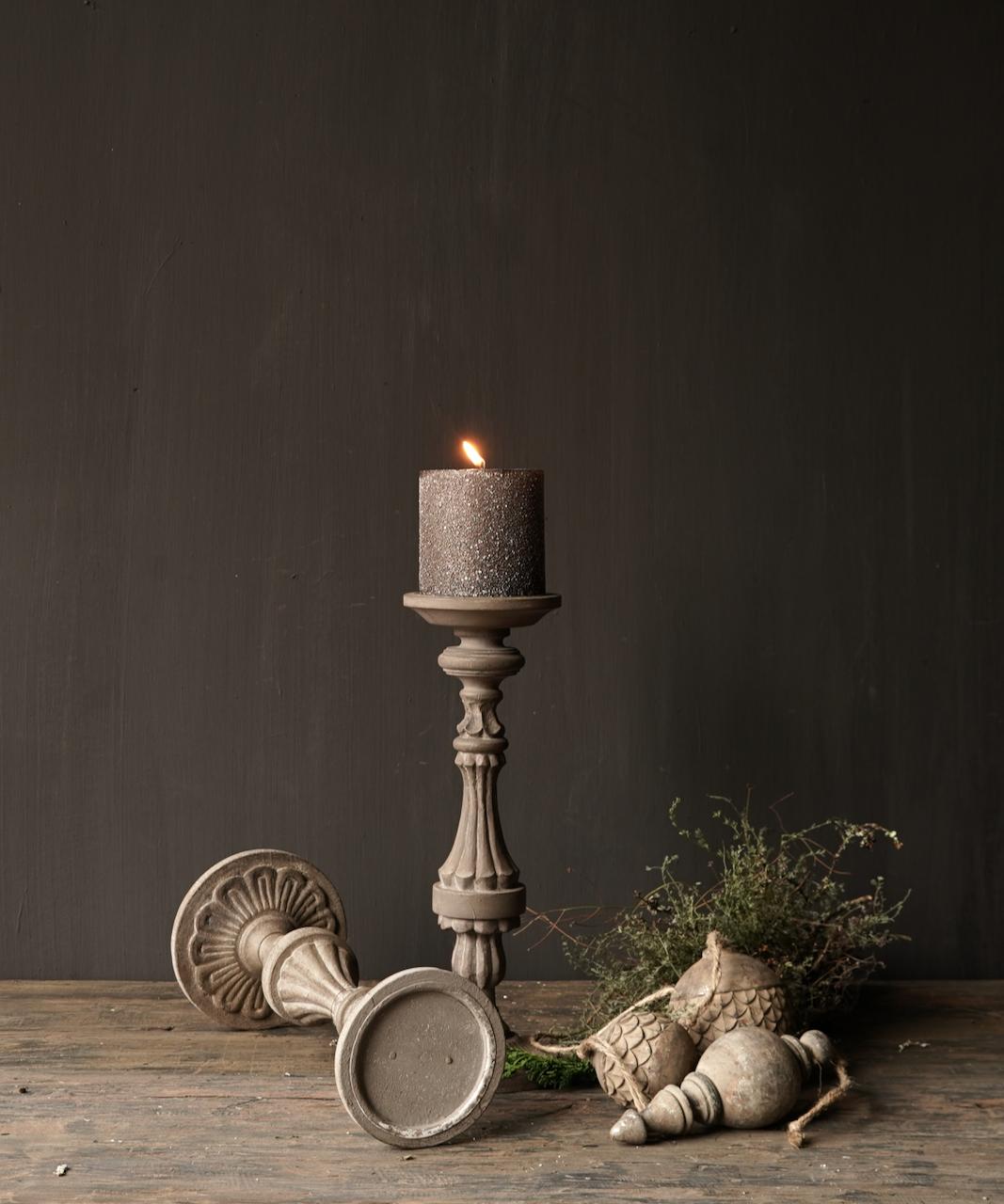 Hölzerner Kerzenhalter in der Farbe Taupe-3
