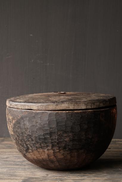 Alte authentische Holzschale mit Deckel