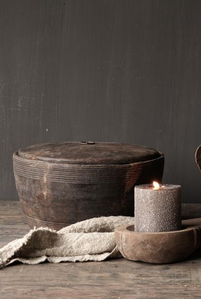 Oude Authentieke houten schaal met deksel