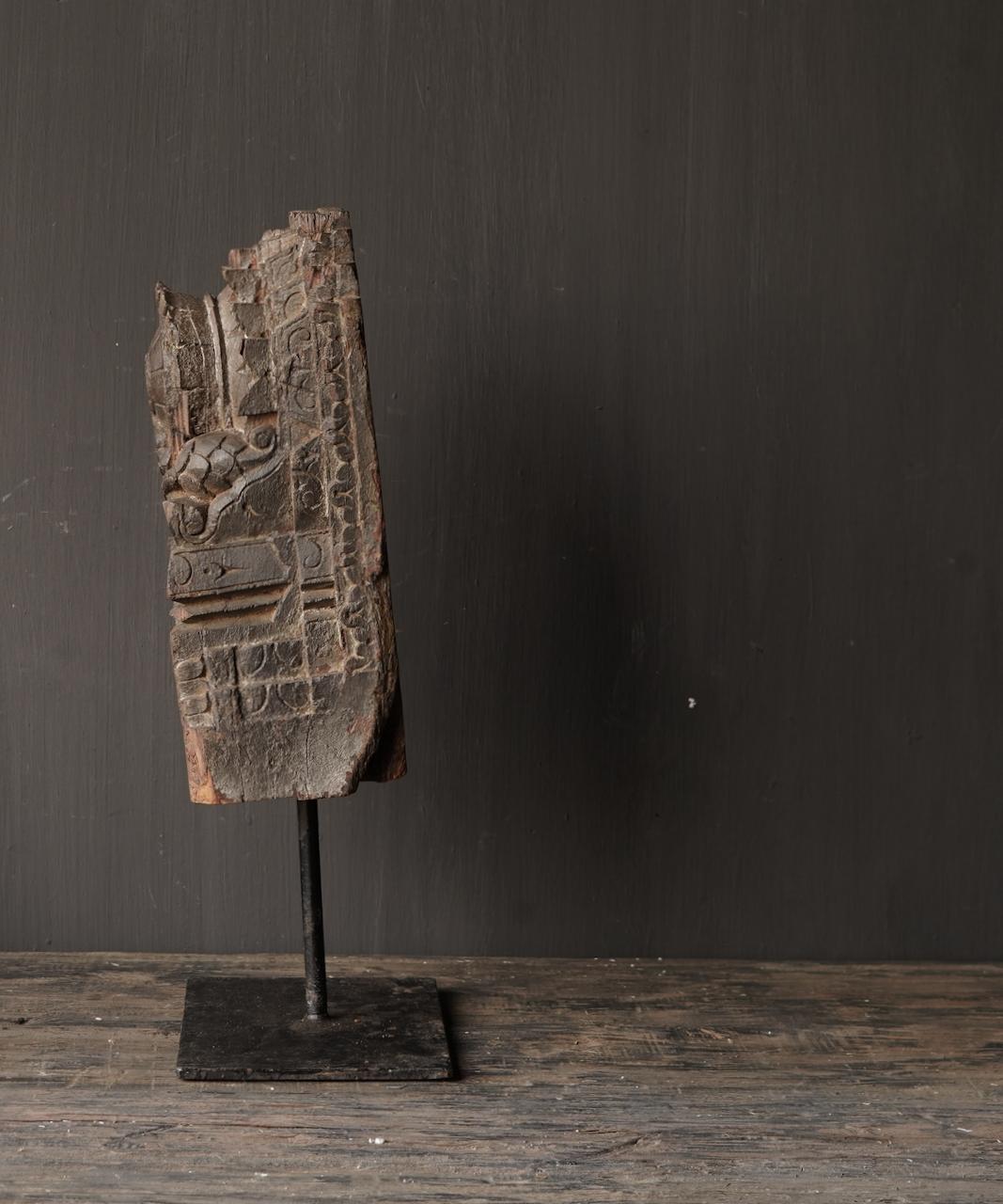 Holzverzierung auf Eisenständer-4
