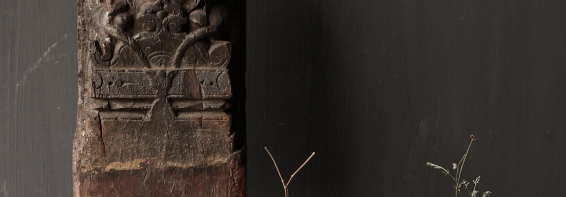 Holzverzierung auf Eisenständer