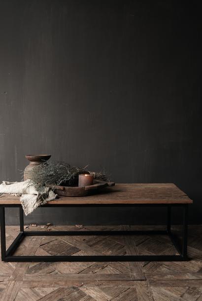 Stoer  robuust oude houten Salontafel met ijzeren onderstel