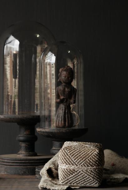 Glasglocke auf einem hohen alten Holzsockel