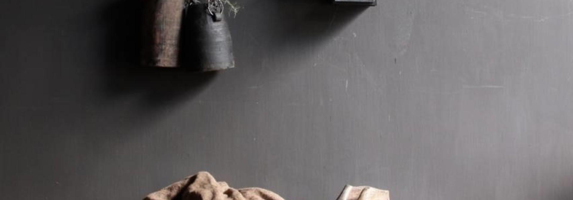 Kapstok van oud hout met  ijzeren haken
