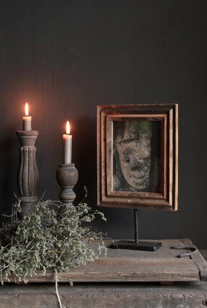 Fotorahmen aus Holz auf Eisenstativ