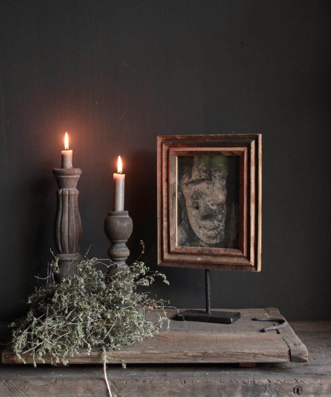 Fotorahmen aus Holz auf Eisenstativ-1