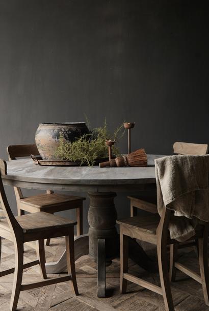 Stoer Robuster runder Tisch aus altem gebrauchtem Holz