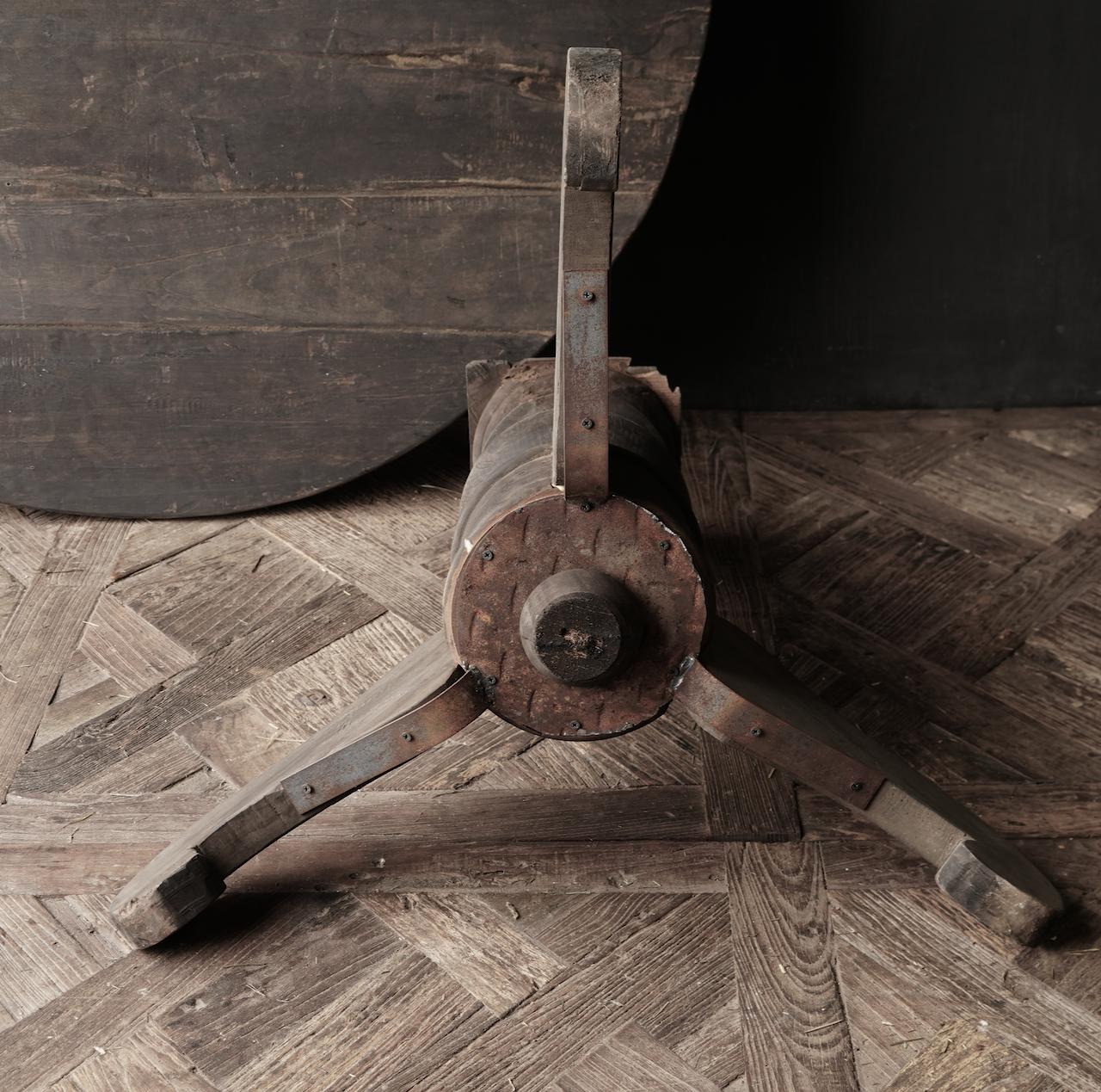 Stoer Robuster runder Tisch aus altem gebrauchtem Holz-4