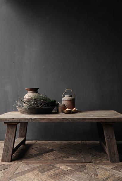 Stoer robuuste  Landelijke Salontafel gemaakt van oud hout  (Staltafel)